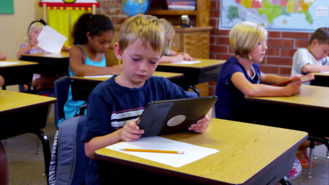 grundschule schüler mit digitalen tablet - grundschule stock-videos und b-roll-filmmaterial
