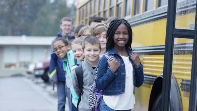 Elementare Schüler man auf amerikanischer Schulbus – Video