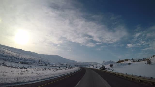 vidéos et rushes de pov élevée - oregon highway au cours de l'hiver - pare brise