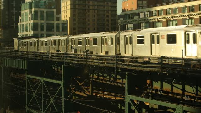 treno della metropolitana sopraelevato - passare davanti video stock e b–roll