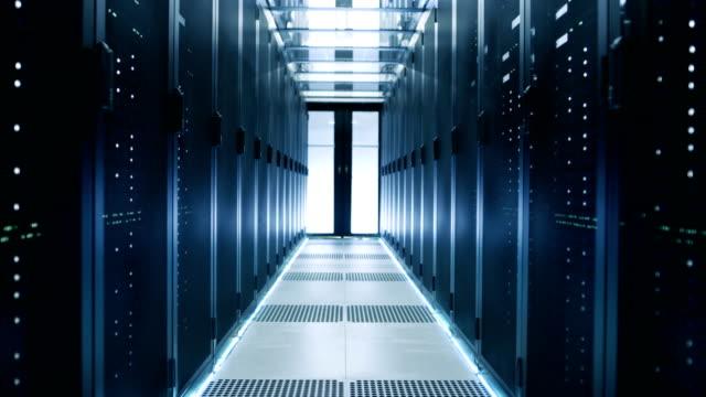 データを作業における回廊の昇降のカメラ ショット センター ラック マウント型サーバやスーパー コンピューターのフル。 - スーパーコンピューター点の映像素材/bロール