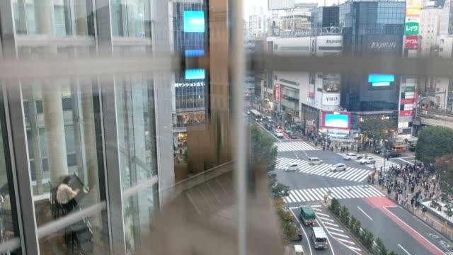 Aufzug Kapsel Aufzug nach unten mit Shibuya-Kreuzung – Video