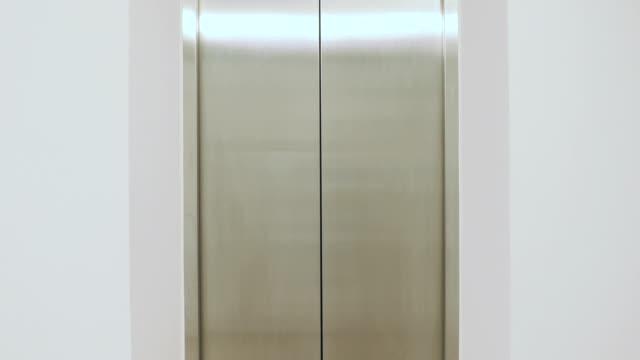 elevator doors open and close - ascensore video stock e b–roll