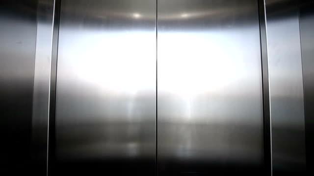 Aufzug ist der Ankunft und offenen Türen – Video