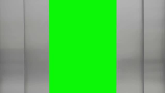 Aufzug geöffnet und in der Nähe von grünen Bildschirm – Video