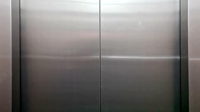 Aufzug auf grünen Bildschirm geöffnet – Video