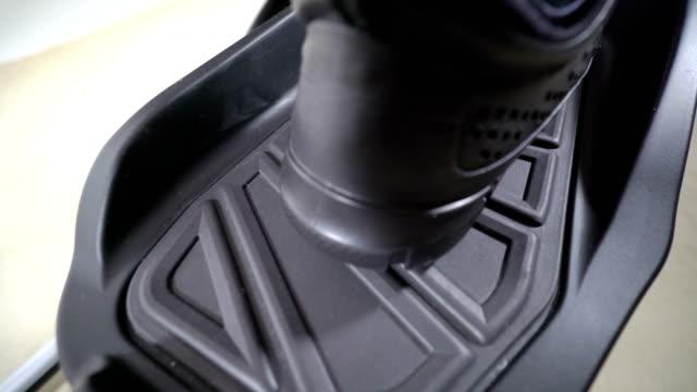 vídeos de stock e filmes b-roll de elliptical cardio workout. feet in sneakers on foot pedals of cross trainer - aparelho de musculação