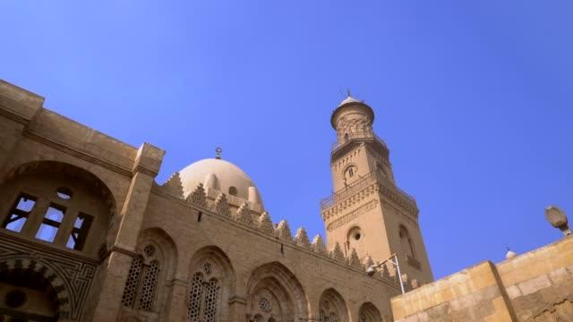 エジプトの旧カイロにあるエル・スルタン・カラウン・モスク。 - モスク点の映像素材/bロール