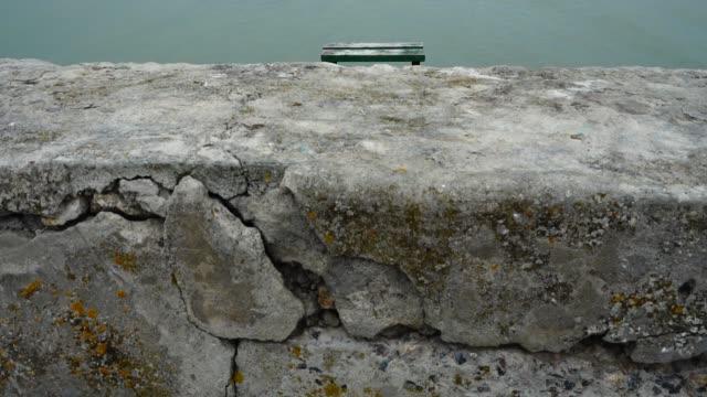 堤防と海。堤防を撮影。 - 土手点の映像素材/bロール