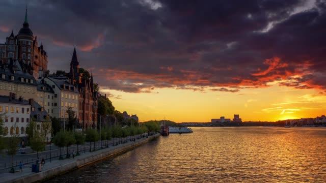 vallen på solnedgången. stockholm, sverige. zooma ut skott - stockholm bildbanksvideor och videomaterial från bakom kulisserna