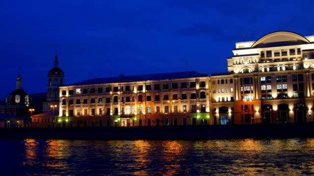 embankment of the moskva river. moscow. russia - rzeka moskwa filmów i materiałów b-roll