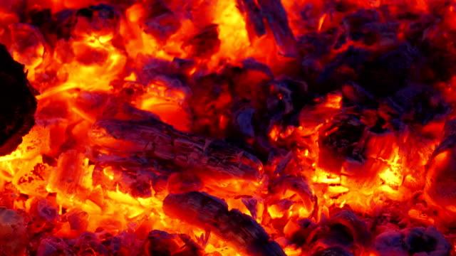 vídeos de stock e filmes b-roll de ember of wood used for cooking - burned oven