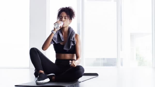 omfamna ditt inre odjuret - black woman towel workout bildbanksvideor och videomaterial från bakom kulisserna