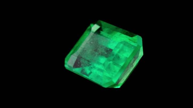vídeos de stock, filmes e b-roll de esmeralda e pedra preciosa para joias de cristal - esmeralda