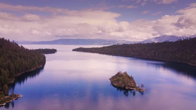 エメラルド グリーンの海、レイク ・ タホ - 空撮 - カリフォルニアシエラネバダ点の映像素材/bロール