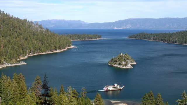 emerald bay, lake tahoe e barca - nevada video stock e b–roll