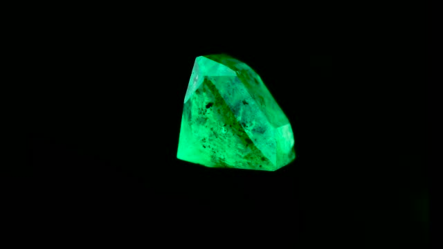 vídeos de stock e filmes b-roll de emerald crystals natural gemstone for jewelry , stone high quality - jóias