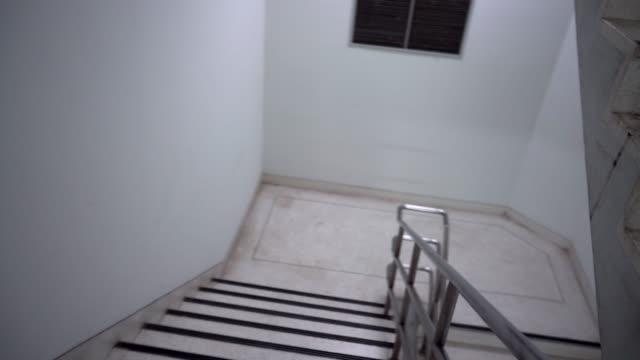 notfall schnell zu fuß pov im erdgeschoss - treppe stock-videos und b-roll-filmmaterial