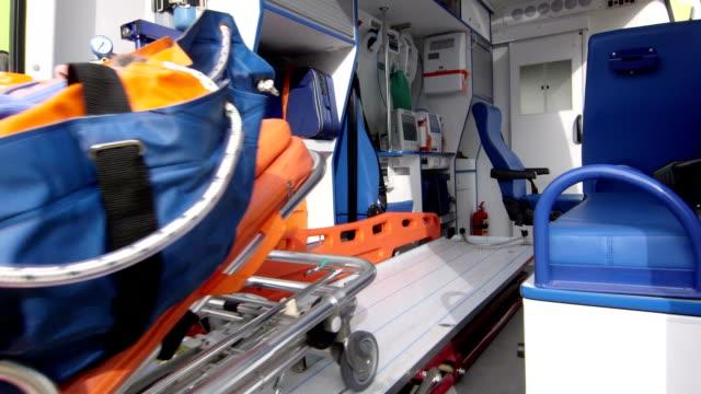 vídeos de stock e filmes b-roll de serviço médico de emergência de paramédicos carregar sénior de ambulância paciente em - ataque cardíaco