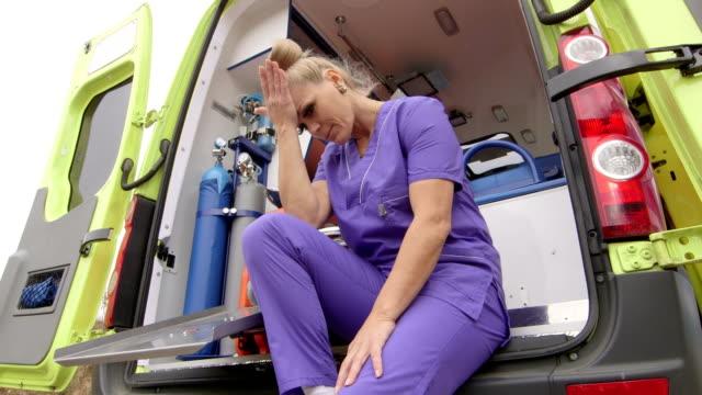 De servicio técnico en urgencias médicas de emergencia médica tensión en frente de ambulancia - vídeo
