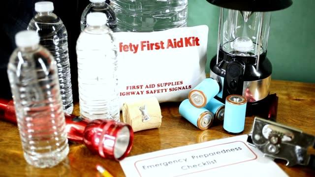 acil durum hazırlık doğal afet sağlar.  su, fener, fener, radyo, pil, ilk yardım çantası. - ekipman stok videoları ve detay görüntü çekimi