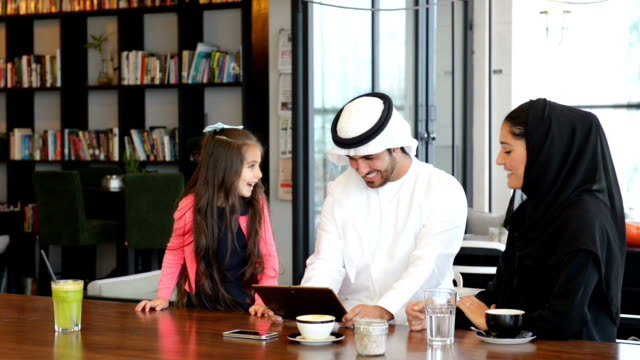 emirati family at cafe - emirati woman 個影片檔及 b 捲影像