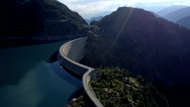 stockvideo's en b-roll-footage met emosson dam laterale aanpak - luchtfoto 4k - wallis