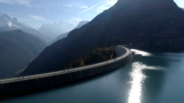 emosson lake autumn rotation - aerial 4k - monte bianco video stock e b–roll