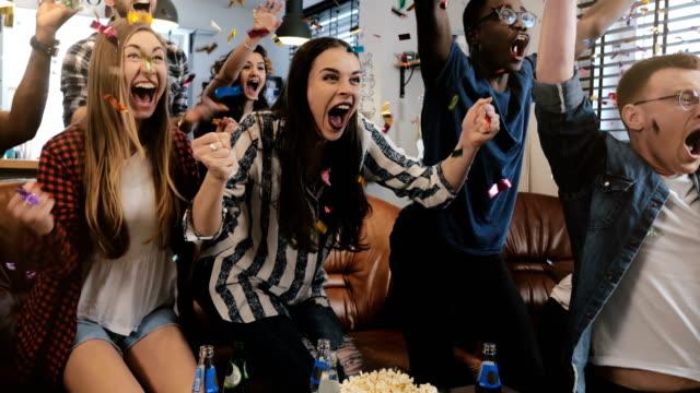 vídeos y material grabado en eventos de stock de emoción. americanos africano fans celebran primer plano de confeti 4k victoria. diversos partidarios ir loco viendo deportes en la tv - perfección