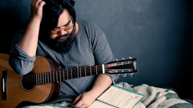 Stress émotionnel : Auteur-compositeur musicien asiatique - Vidéo