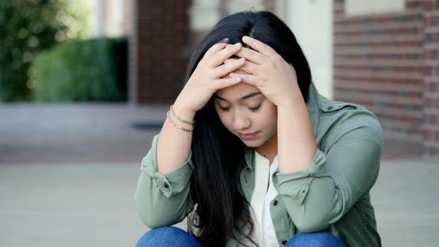Emocionalmente estressado colégio feminino estudante exprime dúvida - vídeo