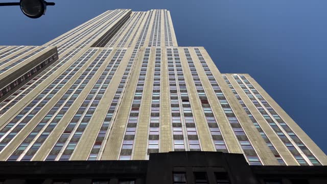 vídeos de stock, filmes e b-roll de empire state building - looking up - alto descrição geral