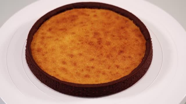 vídeos de stock e filmes b-roll de employee puts sponge tart foundation on white cake stand - bolo rainha