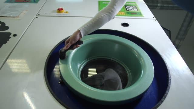 Machine à laver industrielle d'ouverture manuelle d'employé - Vidéo