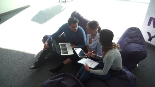 mitarbeiter im innendienst - lateinische schrift stock-videos und b-roll-filmmaterial