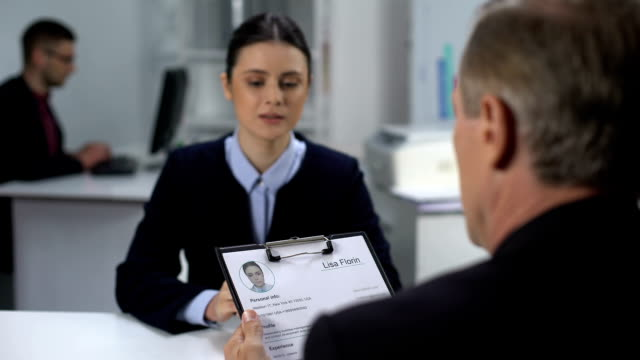 Employer crossing out female applicant name in resume during interview, failure