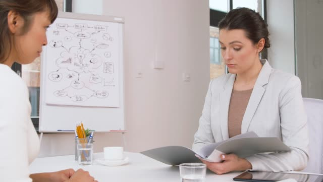 employer having interview with employee at office - negacja filmów i materiałów b-roll