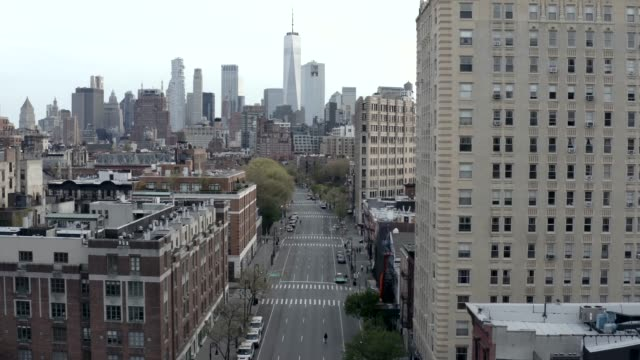 stockvideo's en b-roll-footage met lege 6th avenue in manhattan nyc - lockdown