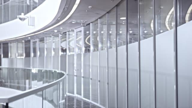 ds vuoto e luminosa corporate corridoio - parapetto barriera video stock e b–roll