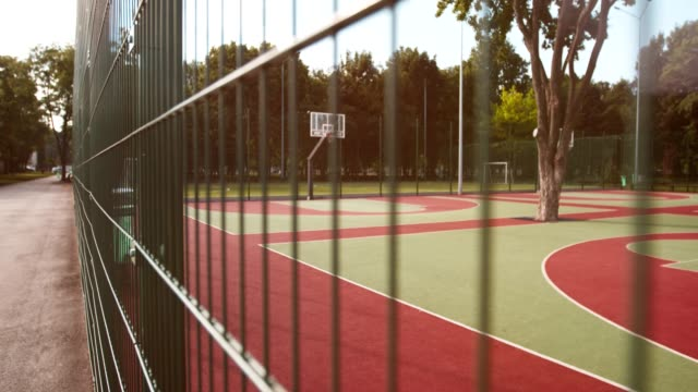 vídeos y material grabado en eventos de stock de cancha de baloncesto vacía al aire libre en el parque de la ciudad en la mañana de verano - ocio