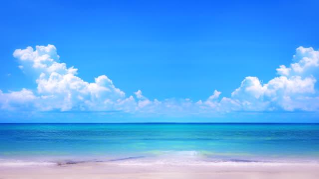 vídeos de stock e filmes b-roll de praia vazia - linha do horizonte sobre água