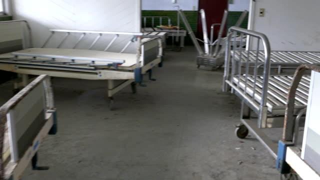 放棄された病院の病棟の空ベッド - 打ち捨てられた点の映像素材/bロール