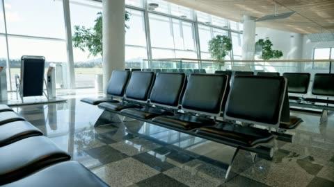 ds sala partenze gate d'imbarco vuota in un aeroporto - deserto video stock e b–roll