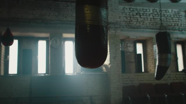 empty boxing gym - sacco per il pugilato video stock e b–roll