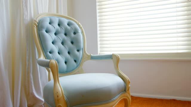 vídeos de stock e filmes b-roll de empty chair at home 4k - chair