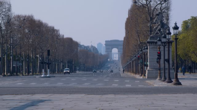 empty champs-elysees avenue in paris france - lockdown filmów i materiałów b-roll