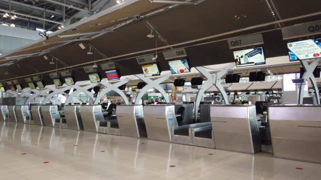 4k コロナウイルスのパンデミックのため空港ターミナルでの空のチェックインデスク - ロックダウン点の映像素材/bロール