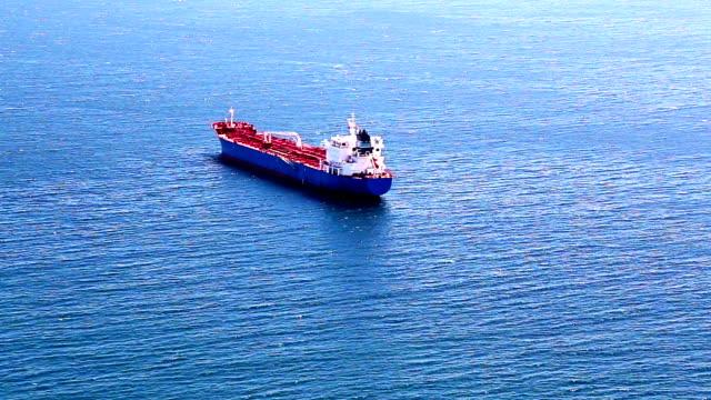 svuota contenitore nave cargo nell'oceano atlantico aperto - nave cisterna video stock e b–roll