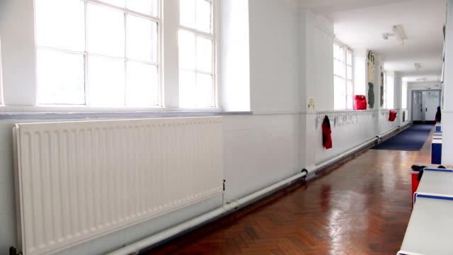 leere korridor - grundschule stock-videos und b-roll-filmmaterial