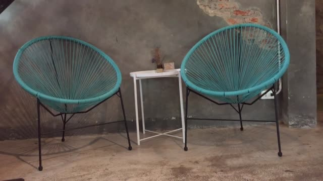 vídeos de stock e filmes b-roll de empty decorated table in coffee shop - coffee table
